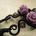 Viola Rózsa, Ékszer, Fülbevaló, Gót stílusú fülbevaló fekete ékszerdrótból,lila műgyanta rózsából, Swarovski gyöngyből és szirom ala..., Meska