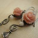 Menyasszony Rózsája, Ékszer, Esküvő, Fülbevaló, Esküvői ékszer, Gót stílusú fülbevaló ezüstözött rézdrótból, rózsaszín műgyanta rózsából, Swarovski gyöngyből és szi..., Meska