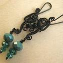 Smaragd örvény, Ékszer, Fülbevaló, Gót stílusú fülbevaló fekete ékszerdrótból és smaragd zöld üveggyöngyökből.  Kíméletes a bőrhöz, azt..., Meska