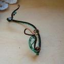 Kikelet, Ékszer, Fülbevaló, Antikolt vörösréz drótból és türkizzöld drótból tekergetett fülékszer. Opál színű Swarovskival és fé..., Meska