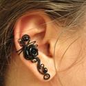 Fekete Rózsa fülgyűrű, Ékszer, Fülbevaló, Fekete ékszerdrótból, műgyanta rózsából és üveggyöngyből készült fülgyűrű.  Jobb fü..., Meska
