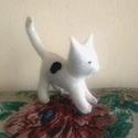 Fehér foltos filc cica, Baba-mama-gyerek, Játék, Plüssállat, rongyjáték, Gyerekszoba, Varrás, Gyapjúfilcből készült ez a kedves macska.A cicák természetes karakterjegyeit viseli magán.Gyermeked..., Meska
