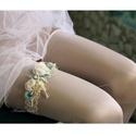 VALAMI KÉK - selyemrózsás harisnyakötő , Ruha, divat, cipő, Esküvő, Menyasszonyi ruha, Hajdísz, ruhadísz, Egyedi-artisztikus kézzel festett hernyóselyem-stilizált virágok 2,5 cm széles elasztikus csipke-sza..., Meska