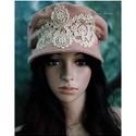 TAMARA - kézműves kalap, Ruha, divat, cipő, Női ruha, Kendő, sál, sapka, kesztyű, Sapka, Ezt a romantikus darabot púder-rózsaszínű düftinből készítettem, ekrü csipke rátéttel díszítettem. K..., Meska