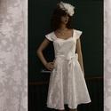PIN-UP - brokát menyasszonyi ruha, Esküvő, Ruha, divat, cipő, Menyasszonyi ruha, Esküvői ruha, Jó tartású hófehér rózsamintás brokátból készült ez az 1950-es évek stílusát idéző ruha. A nyak körü..., Meska