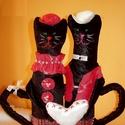 ÖLELKÉK-Kormosék, szerelmes,textil cicapár, Dekoráció, Esküvő, Szerelmeseknek, Dísz, Fekete plüss anaygaból varrt két kis cica, akik szerelmesen ölelik egymást, miközben egy kis szív al..., Meska