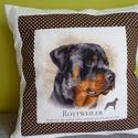 Rottweiler kutyusos párna, Otthon, lakberendezés, Lakástextil, Párna, Barna alapon pöttyös anyaggal szegélyeztem ezt a szép kutyus profilt. Fehér a széle és a párna hátul..., Meska