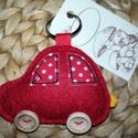 Piros autós kulcstartó, Mindenmás, Férfiaknak, Kulcstartó, Gyapjúfilcből készítettem, kézzel varrtam körbe. Főbb jellemzőit igyekeztem ráhelyezni, mint pl. abl..., Meska