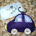 Sötétlila autós kulcstartó, Gyapjúfilcből készítettem, kézzel varrtam kö...