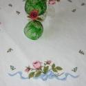 rózsás terítő 3, Esküvő, Otthon, lakberendezés, Lakástextil, Terítő, Hímzés, Mindenmás, Keresztszemes technikával készült,kézzel hímzett  egyedi mintájú rózsás asztalterítő,szélén csipkes..., Meska