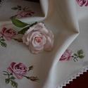 Rózsás asztalterítő 05, Dekoráció, Otthon, lakberendezés, Ünnepi dekoráció, Lakástextil, Hímzés, Egyedi keresztszemes technikával ,kézzel hímzett  rózsa mintás  asztalterítő,szélén csipkeszegéllye..., Meska