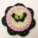 Zöld Lepkés virág kitűző, Ékszer, óra, Bross, kitűző, Horgolt pillangóval, gyönggyel, díszített filc virág kitűző, amely kitűző alapra van rögzítve, hordh..., Meska