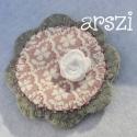 Vintage virág kitűző, Ékszer, óra, Bross, kitűző, Horgolt virággal, gyönggyel, díszített filc virág kitűző, amely kitűző alapra van rögzítve, hordhato..., Meska
