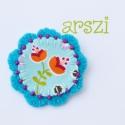 Kicsi liliomos virág kitűző, Különleges virágos anyaggal díszített filc vi...