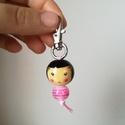 Fagirl kulcstartó 2., Ékszer, Nyaklánc, Kézzel festett, díszített fagolyók kislány mintával. Karabínerre felfűzve hordhatod kulcstar..., Meska
