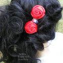 Menyecske rózsa - szatén piros hajdísz, dupla rózsa és egy kis csillogás, Esküvő, Hajdísz, ruhadísz, Menyecskéknek készítettem ezt a piros szatén írrózsás hajdíszt, kristályos dísszel. Hajadb..., Meska