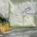 Alma - zöld és fehér csipke gyűrűpárna , Esküvő, Gyűrűpárna, Varrás, Csodás fehér csipkével díszítettem ezt az  érdekes halványzöld szatén párnát. Ebből a csipkéből még..., Meska