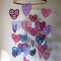 Szívözön mobil függődísz , Dekoráció, Szerelmeseknek, Dísz, 29 darab, harmonikus szín-összeállítású szív alkotja ezt a kör alapú mobil függődíszt.  A függesztő ..., Meska