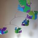 Tarkamadaras mobil függődísz - babaszobába, Gyerek & játék, Gyerekszoba, Mobildísz, függődísz, Ez a játékos, színpompás, egyedi tervezésű mobil függődísz kartonpapírból készült, 5 stilizált madár..., Meska