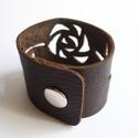 Sötét Rózsa - bőr mandzsetta karkötő, Ékszer, Karkötő, Sötétbarna bőrből terveztem ezt az áttört rózsamintás mandzsettakarkötőt. Ezüst színű (króm) patentt..., Meska