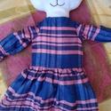 Cica lány ruhában, Játék, Plüssállat, rongyjáték, Játékfigura, Fehér bundájú cica lányt készítettem. Termoból, puha szivacs és vatelin-béléssel, hogy ölelgetni val..., Meska