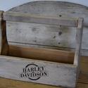 Szerelőláda motorosoknak, Bútor, Otthon, lakberendezés, Tárolóeszköz, Doboz, Régi a faanyagból készül, világos szürkére festve, majd antikolva. Harley Davidson felírattal dekorá..., Meska