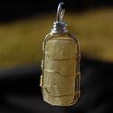 fluorapatit kristály medál, Ékszer, óra, Medál, Ékszerkészítés, Fluorapatit kristály ezüstözött és réz ékszerdrót foglalatban  ásvány mérete: 3 x 1,5 cm medál mére..., Meska