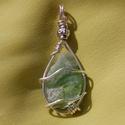 Olivin/ peridot medál, Ékszer, óra, Medál, Ékszerkészítés, Természetes (csiszolatlan) olivin/ peridot medál ezüstözött réz ékszerdróttal  Mérete: 5 x 2 cm (le..., Meska