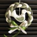 Madaras koszorú, Dekoráció, Ünnepi dekoráció, Ajtóra, ablakba akasztható fonott koszorú madaras függővel(zöld). Mérete kb. 20X20 cm, Meska