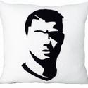 Ronaldo párna, Dekoráció, Férfiaknak, Focirajongóknak, Legénylakás, Varrás, Ronaldo párna polárból,töltővattával töltve. Színe: fekete-fehér (a hátoldala egyszínű fekete)  Mér..., Meska