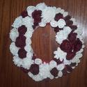 Ajtókopogtató bordó és fehér termésekkel 24 cm-es, Dekoráció, Dísz, Mindenmás, Virágkötés, Szalmalapu dísz, melyet fehér és piros szalaggal vontam be, majd bordó cédrus rózsákat , Ming zinni..., Meska