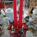 Karácsonyi gyertyás asztaldísz, Otthon & lakás, Dekoráció, Dísz, Ünnepi dekoráció, Karácsonyi, adventi apróságok, Karácsonyi dekoráció, Lakberendezés, Asztaldísz, Virágkötés, Karácsonyi papír doboz közepébe piros gyertyákat helyeztem. A gyertya köré piros karácsonyi díszeke..., Meska