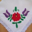 Kézzel hímzett keszkenő, Fehér vászonra ,hagyományos mintával hímzett ...