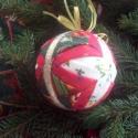 Karácsonyi gömb hagyományos színekben, Dekoráció, Karácsonyi, adventi apróságok, Karácsonyfadísz, Karácsonyi dekoráció, Patchwork, foltvarrás, Hungarocell gömb, patchwork (ezen belül articsóka) technikával készítve. Egyszerű, letisztult, kará..., Meska