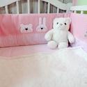 Applikált RÁCSVÉDŐ, rózsaszín, Bear and Bunny, KÉSZTERMÉK, Baba-mama-gyerek, Gyerekszoba, Falvédő, takaró, Baba-mama kellék, Vidám és egyedi rácsvédő babaágyba, a Bear&Bunny sorozat saját tervezésű maci és nyuszi figurájával ..., Meska