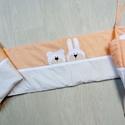 Applikált RÁCSVÉDŐ, bézs-barack, Bear and Bunny, Baba-mama-gyerek, Gyerekszoba, Falvédő, takaró, Baba-mama kellék, Vidám és egyedi rácsvédő babaágyba, a Bear&Bunny sorozat saját tervezésű maci és nyuszi figurájával ..., Meska