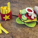 Hamburger szett- filc gyerekjáték, Játék, Készségfejlesztő játék, Baba játék, Varrás, Ez a nagyon jópofa kis hamburger szett amellett, hogy szuper játék a gyerekeknek, roppant strapabír..., Meska