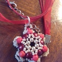 Bordó medál, Ékszer, Medál, Bordó tekla gyöngyökből, krém színű japán gyöngyökből és halvány piros üveg gyöngyök..., Meska
