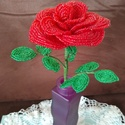 Piros rózsa gyöngyből , A rózsát drót és 2 mm-es kásagyöngy felhaszn...