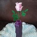 Virág gyöngyből, A bimbós rózsát 2 mm-es kásagyöngyből fűzte...