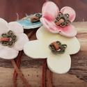 Virágok tánca kerámia karkötö, Ékszer, Karkötő, Fehérre égő agyagból kézzel formáztam kis virágokat.  Színes mázzal mázaztam. Bőrszálra fűztem , a v..., Meska