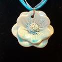 Kék kerámia virágos nyaklánc, Ékszer, Nyaklánc, agyagból virágformát készítettem. Zsengélés után türkizkék színnel mázaztam . A máz egyenlettlensége..., Meska
