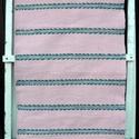 Rózsaszínű levélmintás szőnyeg., Otthon, lakberendezés, Lakástextil, Szőnyeg, Szövés, Kézi szövéssel készült ez a rózsaszín szőnyeg. A zöld levelek között, egy pár sor virágmintás csík ..., Meska