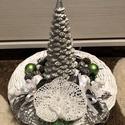 Téli világ, Karácsony & Mikulás, Karácsonyi dekoráció, Újrahasznosított alapanyagból készült termékek, Fonás (csuhé, gyékény, stb.), Papírfonással készült asztali díszem alapja. Közepén ezüstszínű, fenyő alakú gyertya díszíti. Körül..., Meska