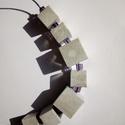 Kocka sor, Ékszer, Nyaklánc, Ékszerkészítés, Nagyobb és kisebb kockák sora melyeket lila üvegkoca választ el.Rövid diaszolt szálon., Meska