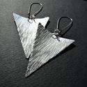 Háromszögek - kalapált ezüst fülbevaló, Ékszer, Fülbevaló, Rézlemezből kivágott, háromszög formájú, kalapált, domborított, vastagon ezüstözött fülbevaló.   Hos..., Meska