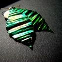 Zöld levelek - réz fülbevaló, Ékszer, Fülbevaló, Vörösréz lemezből kivágott, levél formájú, kalapált, hajlítgatott és festett, irizáló réz fülbevaló...., Meska