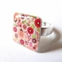 Kis piros virágos - gyűrű,  Zsugorfóliából készült gyűrű, fényes lakk...
