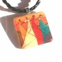 Hölgykoszorú - medál fonott szíjjal, Vidám színekkel festett, táncoló nőket ábrá...