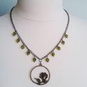 Consuelo - antik bronz nyaklánc, Ékszer, Nyaklánc, A 48 cm hosszú antikolt bronz nyakláncon egy rózsa medál függ óarany szélű cseh üveggyöngy..., Meska